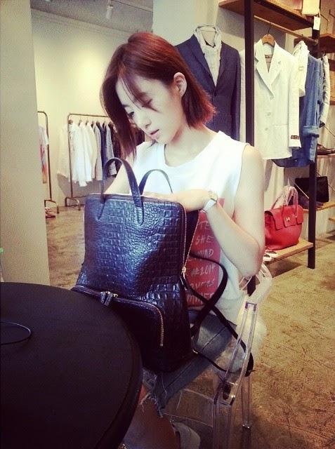 صورة صاحبة أحد المتاجر مع اينجونغ T-ara-eunjung-1-2